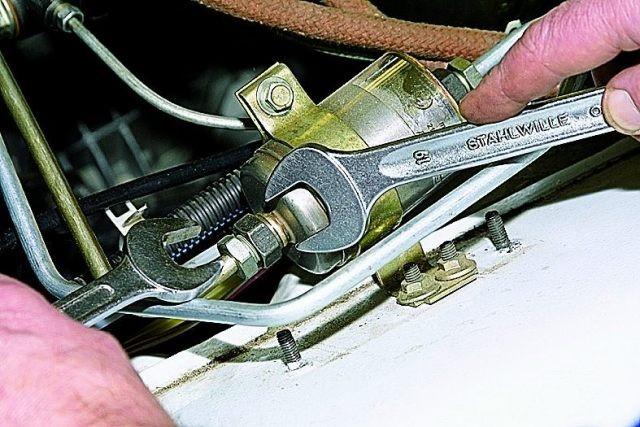 3. Ключами на 19 и 17 откручиваем штуцер топливопровода и сливаем бензин в заранее подготовленную емкость.